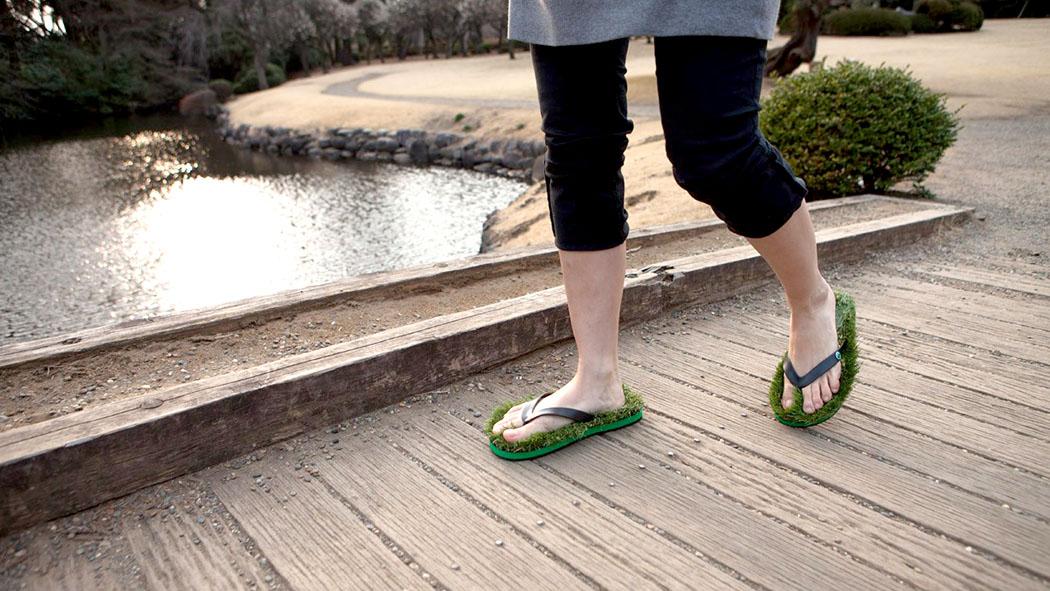 「芝生で裸足」が好きな人に!草が生えているサンダルがオススメ!