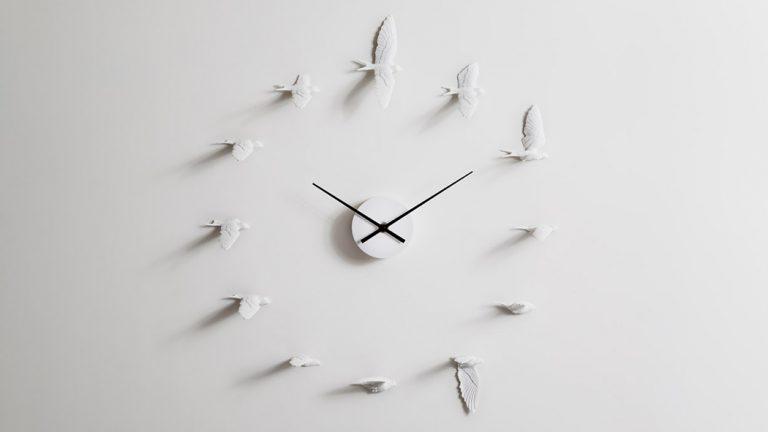 12羽の燕が時を刻む!台湾発の時計『スワロークロック』
