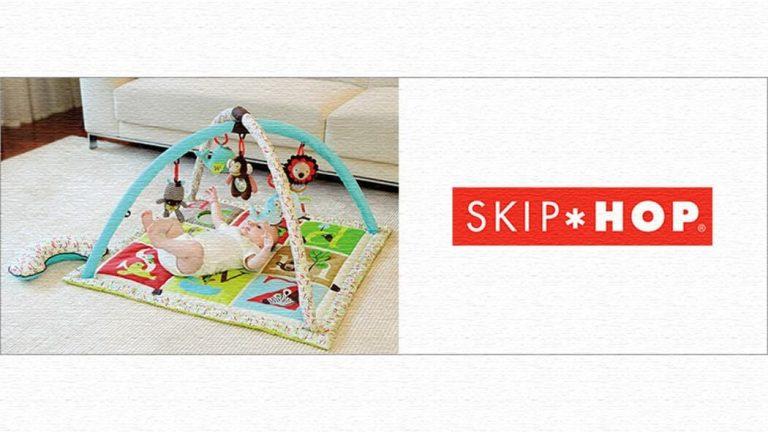 吊られたおもちゃがあかちゃんの五感を刺激するアクティビティジム!SKIPHOP(スキップホップ)