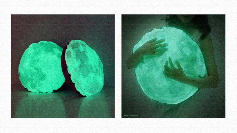 暗くなると光る月のクッション「Nocturne by Moonlight」