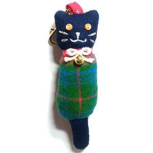 ネコノコ|チェック柄と紺の布が冬に合いそうな猫チャーム