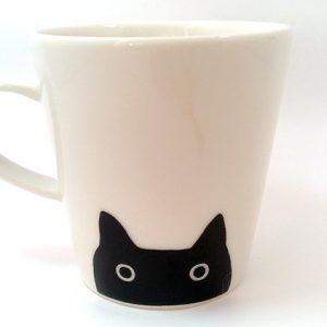 黒猫が下からひょっこりのぞくよ。シンプルマグカップ